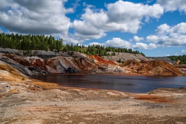 Rood meer blauwe lucht mooie wolken landschap als een planeet mars oppervlak Premium Foto