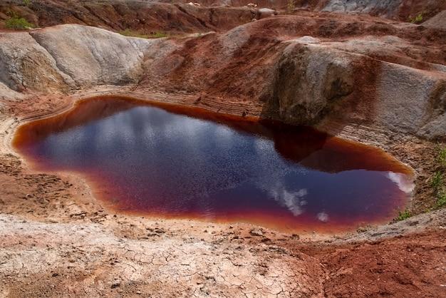 Rood meerlandschap als een planeet mars oppervlak ural vuurvaste kleigroeven natuur ural bergen