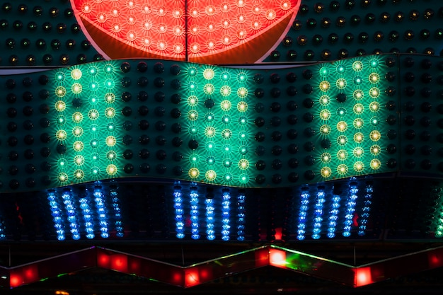 Rood met groene en blauwe lampen in close-upmening