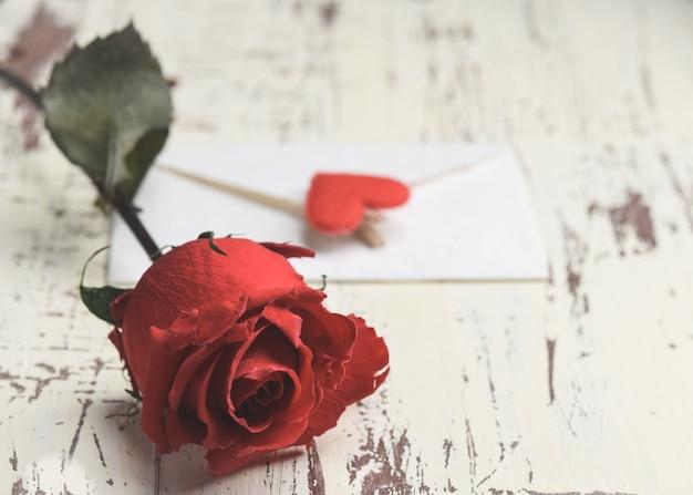 Rood minihart op rustieke lichte houten achtergrond met exemplaarruimte. horizontaal. valentijnsdag concept.