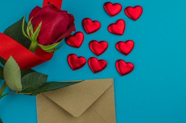 Rood nam en de harten van valentijnskaarten op hout toe. kopieer ruimte voor tekst