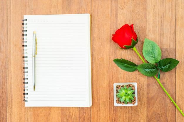 Rood nam en lege notitieboekjeregeling toe