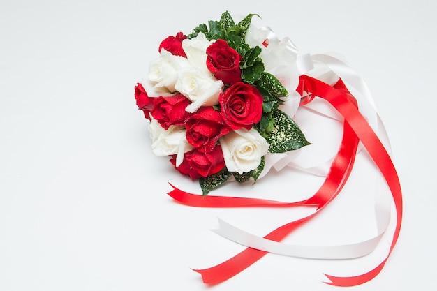 Rood nam op het het huwelijksdecor van thailand toe. de achtergrond is opzettelijk wazig om de nadruk te leggen op de r