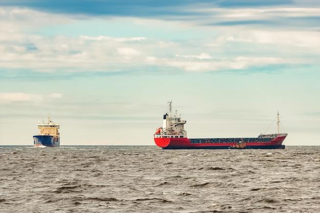 Rood nieuw vrachtschip dat naar het buitenland verhuist. productexport in europa