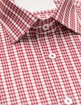 Rood overhemd met focus op kraag en knoop, close-up