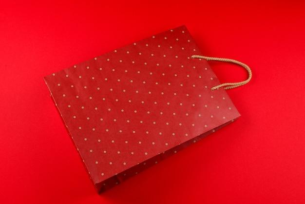 Rood pakket met stippen op een rode achtergrond.