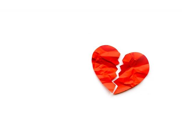 Rood papier gebroken hart op witte achtergrond