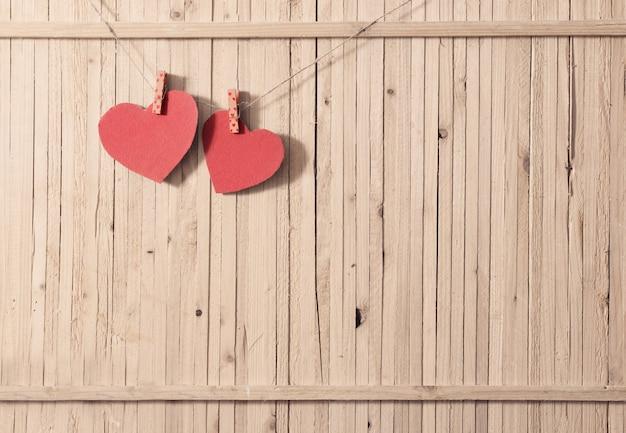 Rood papier hart op houten tafel