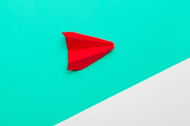 Rood papieren origami vliegtuig. vervoer en bedrijfsconcept