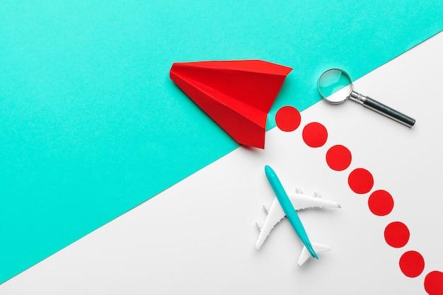 Rood papieren origami vliegtuig. vervoer en zaken