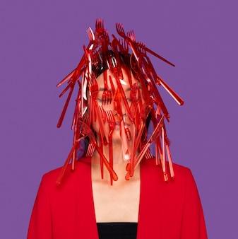 Rood plastic vaatwerk op het gezicht van de vrouw