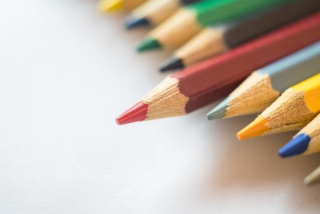 Rood potlood dat van andere kleurenpotloden duidelijk uitkomt.