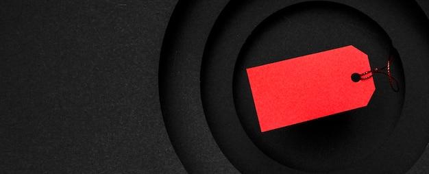 Rood prijskaartje op exemplaar ruimte zwarte achtergrond