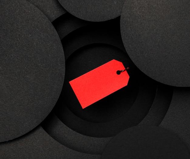 Rood prijskaartje op zwarte achtergrond