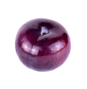 Rood pruimfruit dat op wit wordt geïsoleerd