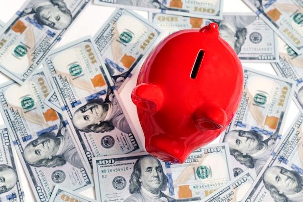 Rood spaarvarken en honderd dollars, nieuwe 100 uitgaven 2013 van de dollar uitgave bankbiljetten
