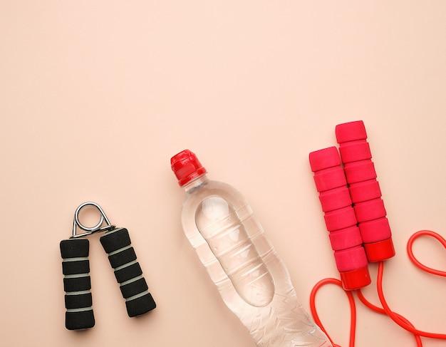 Rood sporttouw voor springen en cardio-belasting op een beige