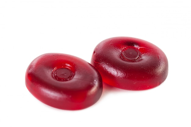 Rood suikergoed dat op een wit wordt geïsoleerd