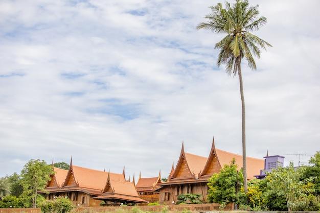 Rood thais houten huis en blauwe hemel