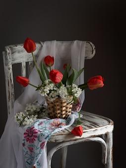 Rood tulpenboeket in houten vaas op uitstekende cher. valentijnsdag, moederdag, verjaardag concept.