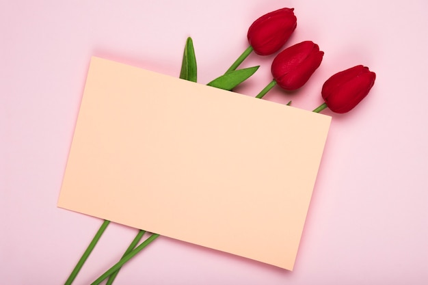 Rood tulpenboeket met groetkaart