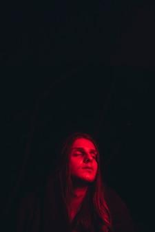 Rood verlichte kop en kopie ruimte zwartheid