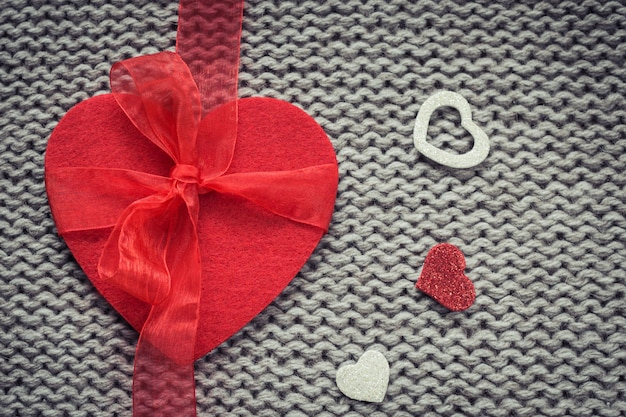 Rood vilthart en kleurrijke decoratieve harten