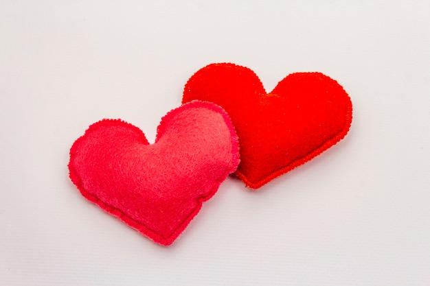 Rood voelde harten geïsoleerd op een witte achtergrond. valentijnsdag of bruiloft romantische concept