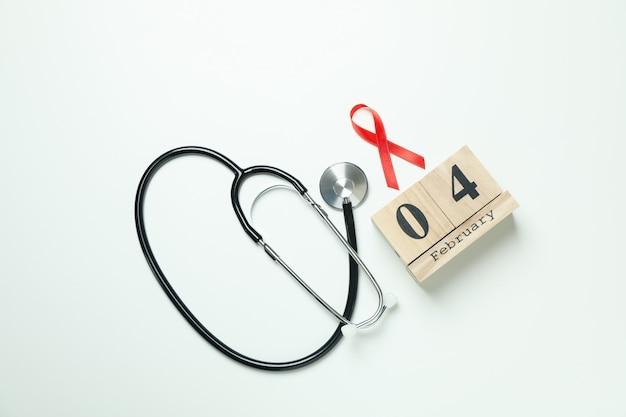 Rood voorlichtingslint, stethoscoop en 4 februari op wit