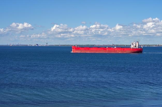 Rood vrachtschip dat binnen aan het overzees, oresund zweden vaart