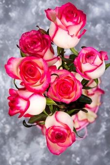 Rood wit roze bloemboeket op steenlijst.
