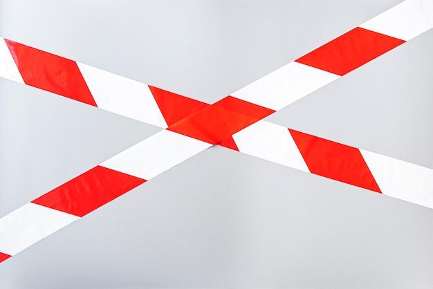 Rood wit signaal gestreepte interdictory tape. gestreepte lijn geïsoleerd. plastic waarschuwingstape.