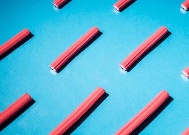Rood zoethoutsuikergoed op blauwe achtergrond