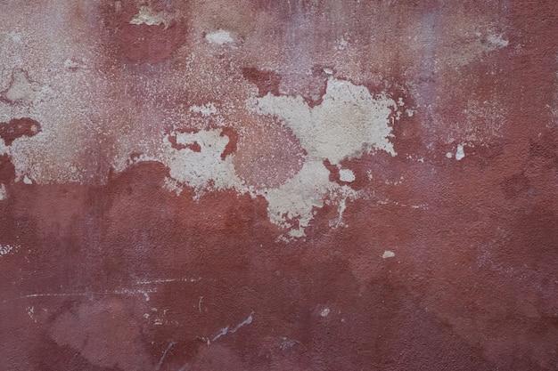 Roodachtige muur met witte huiden