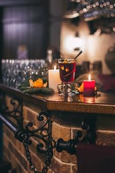 Roodgloeiende drank glintwein met kruiden kaneel anijs fruit bruine suiker op een oude houten tafel