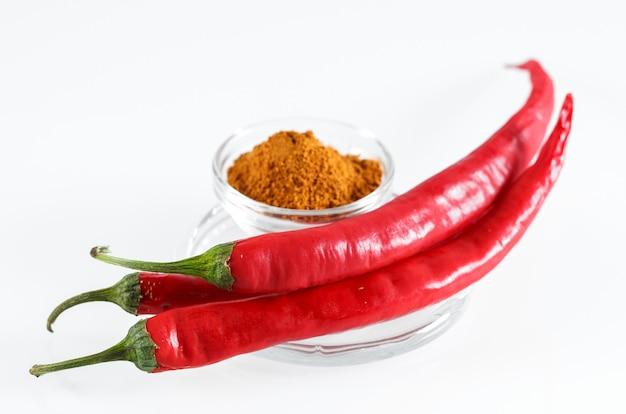 Roodgloeiende geïsoleerde spaanse peperpeper.