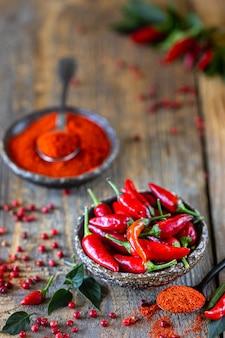 Roodgloeiende pepers als ingrediënt in een vegetarische harissa-snack. traditionele zelfgemaakte adjika van tunesische en arabische keuken.
