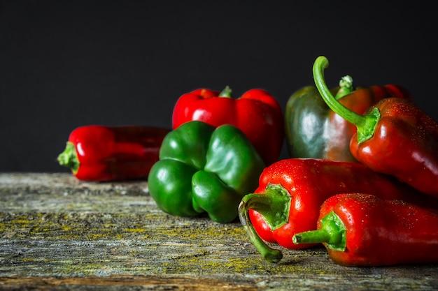 Roodgloeiende plantaardige chili peper en paprika variëteiten van diverse