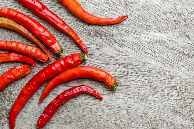 Roodgloeiende spaanse peper op hout