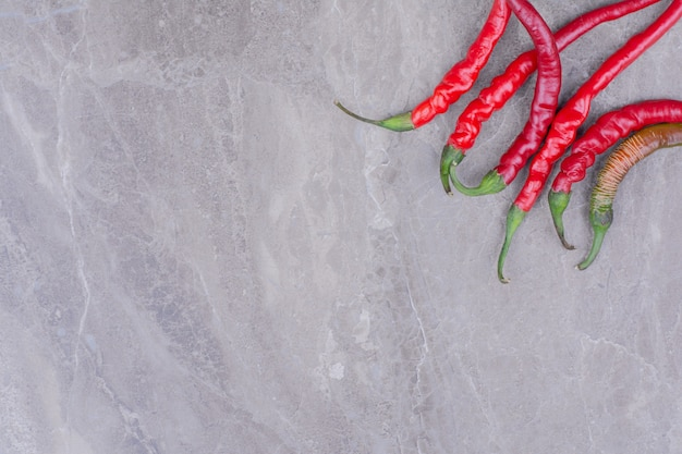 Roodgloeiende spaanse peperpeper op marmer.
