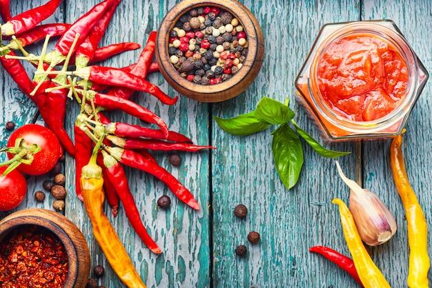 Roodgloeiende spaanse pepersaus