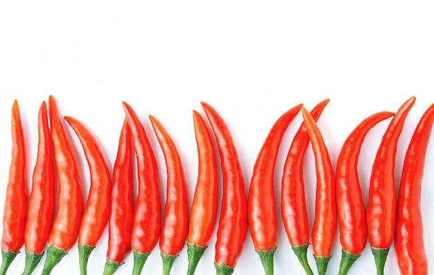Roodgloeiende spaanse peperspeper op witte achtergrond.