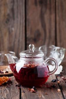 Roodgloeiende thee op de houten lijst