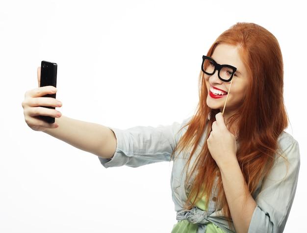 Roodharig meisje klaar voor feest, neem selfie