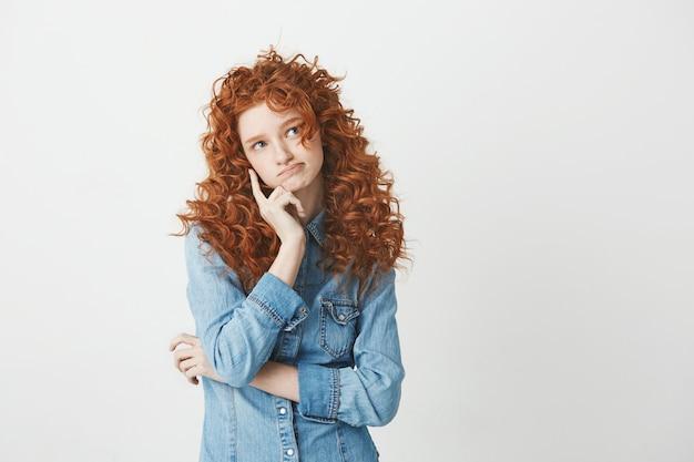 Roodharige aantrekkelijk meisje denken. kopieer ruimte.