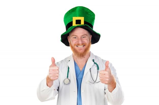 Roodharige arts die met groene hoed camera bekijkt