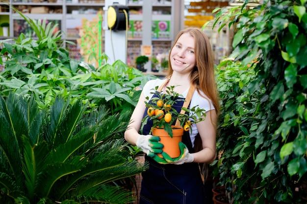 Roodharige jonge vrouw met mandarijnboom