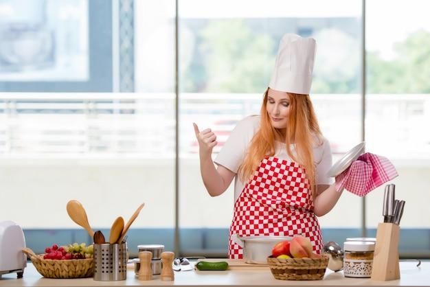 Roodharige kok die in de keuken werkt