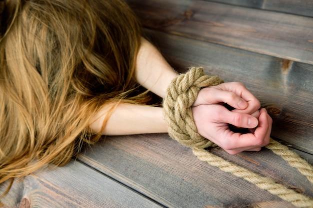 Roodharige magere vrouw begrensd met touw
