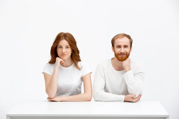 Roodharige man en vrouw kijken nieuwsgierig